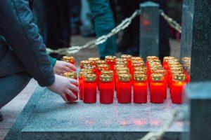 Amersfoort/Leusden 09-04-17 Op zaterdag 9 april worden om 6.30 uur 77 kaarsjes ontstoken bij monument Koedriest, niet ver van Kamp Amersfoort. De kaarsjes herinneren aan de levens van 77 jonge Sovjetsoldaten die op die plek in 1942 door de Duitse bezetter zijn geëxecuteerd. Voor elk slachtoffer ontsteken de aanwezige gasten bij zonsopgang één brandende kaars. ©Marco Hofsté