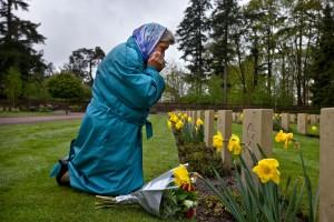 03-05-2010 LEUSDEN / AMERSFOORT - Lidia Petoechova bij het graf van haar vader op het Russisch Ereveld. Remco Reiding heeft er voor gezorgd dat zij voor het eerst bij het graf van haar vader kan zijn. FOTO SHODY CAREMAN