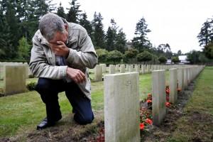 09-09-2009 LEUSDEN - Anatoli Koedrin (knielend bij het graf) brengt met zijn vrouw Nadezjda voor het eerst een bezoek aan het graf van zijn vader Ivan Koedrin. Deze overleed op 10 mei 1945 in Duitsland, werd overgebracht naar Margraten en later herbegraven op het Russisch Ereveld in Leusden. FOTO SHODY CAREMAN.